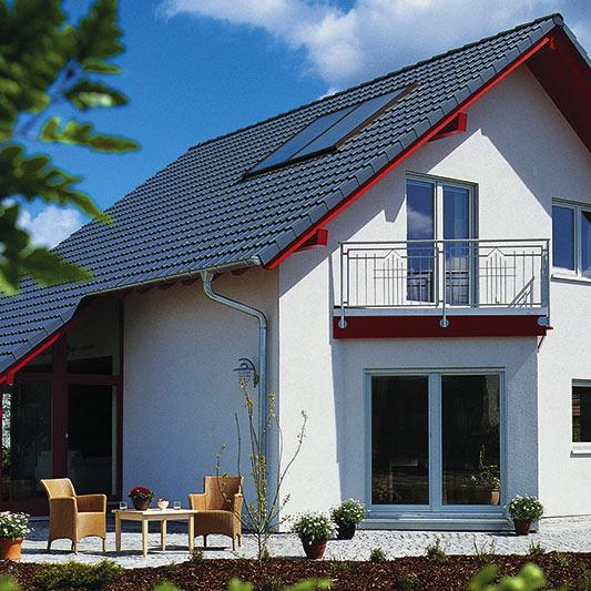 Außenansicht einer Solarheizung auf dem Hausdach