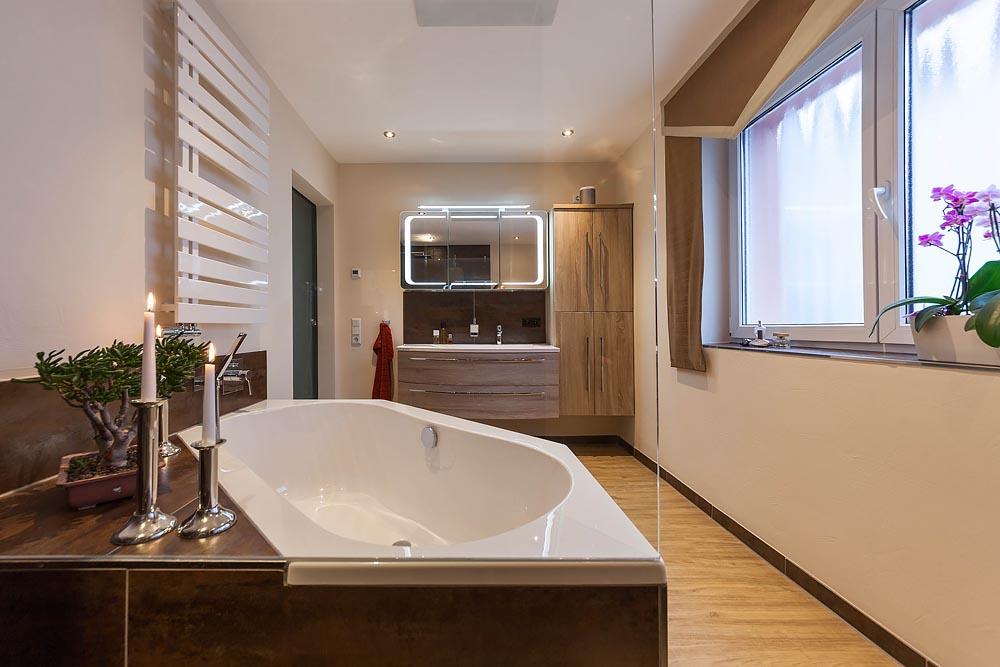 Bad mit Dampfdusche und frei stehender Badewanne