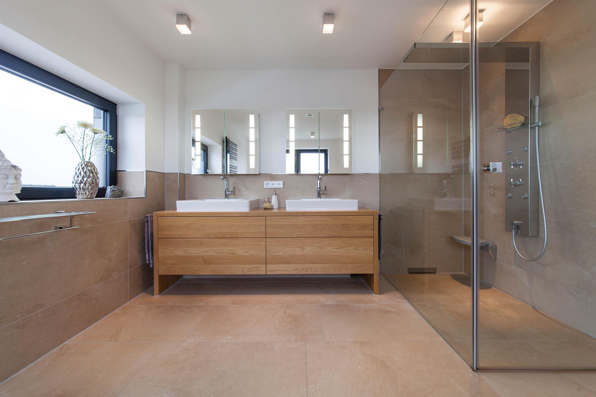 Familienbad mit begehbarer Dusche und Duschpanel